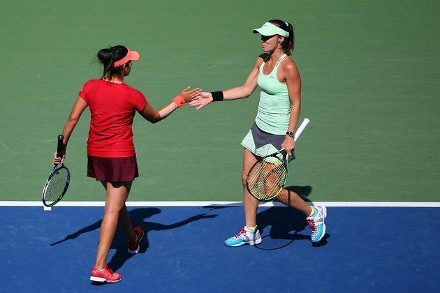 Martina Hingisová (vpravo) ze Švýcarska a Sania Mirzaová z Indie po finálové výhře nad Australankou Casey Dellacquaovou a Jaroslava Švedovovou z Kazachstánu.