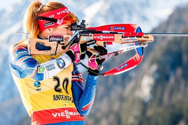 Gabriela Koukalová při střelbě ve stoje během vytrvalostního závodu žen v Anterselvě.
