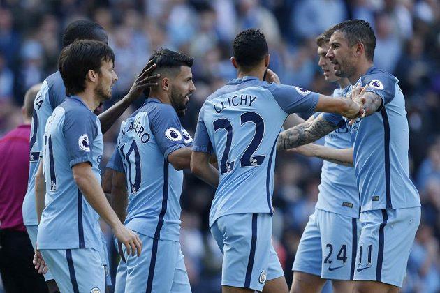 Fotbalisté Manchesteru City se radují z branky Sergia Agüera.