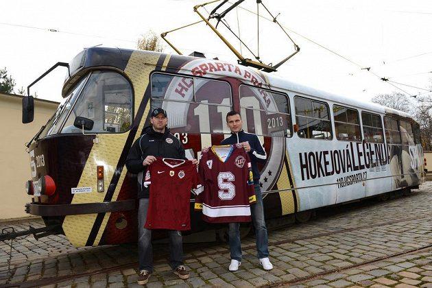 Hokejista Sparty Praha Petr Ton (vlevo) a hráč fotbalové Sparty David Lafata před tramvají v barvách HC Sparta Praha v rámci výročí obou klubů.
