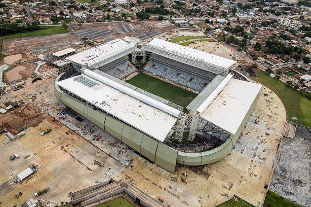 Výstavba stadiónu Pantanal v městě Cuiaba nabrala i kvůli častým stávkám a požáru značné zpoždění...