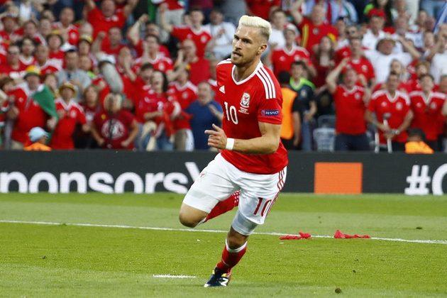 Velšan Aaron Ramsey oslavuje svoji trefu do sítě Ruska.