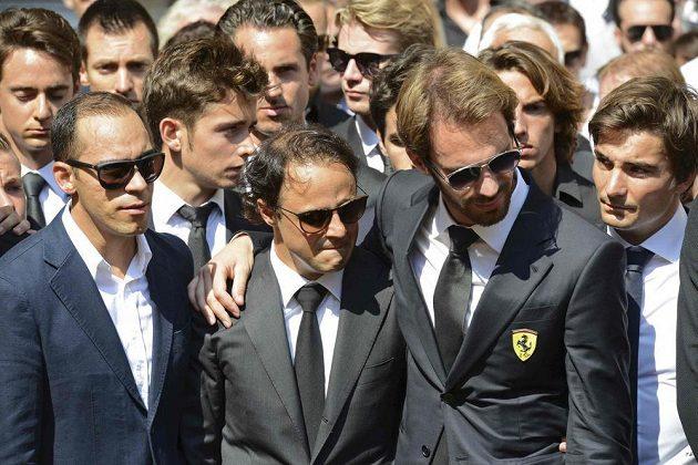 Jezdci formule 1 Jean-Éric Vergne (druhý zprava) a Felipe Massa (druhý zleva) truchlí nad rakví Julese Bianchiho.