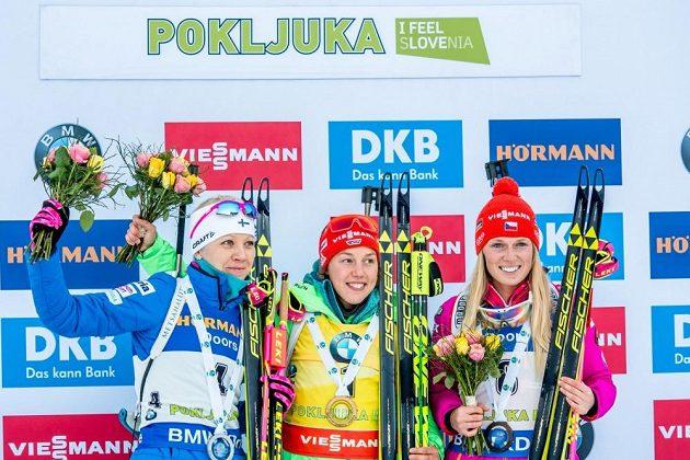 Eva Puskarčíková (vpravo) na stupních vítězů vedle vítězky Laury Dahlmeierové (uprostřed) z Německa a stříbrné Finky Kaisy Mäkäräinenové.