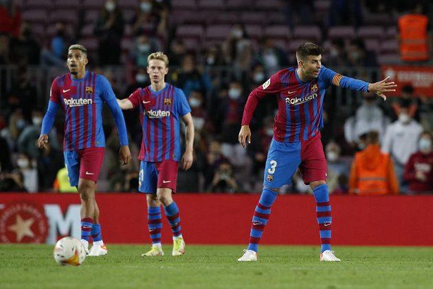 Fotbalisté Barcelony doma ve španělské lize jen remizovali s Granadou. Bod zachránili v poslední minutě, na snímku je Gerard Piqué (vpravo)