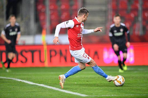 Fotbalista Slavie Jan Sýkora střílí gól v utkání 4. kola MOL Cupu s Chrudimí.