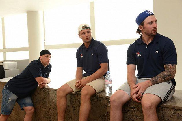 Hokejisté Lva Praha během prvního setkání před novou sezónou Kontinentální ligy v holešovické Tipsport Areně. Zleva Martin Thörnberg, Calle Ridderwall a Nathan Oystrick.