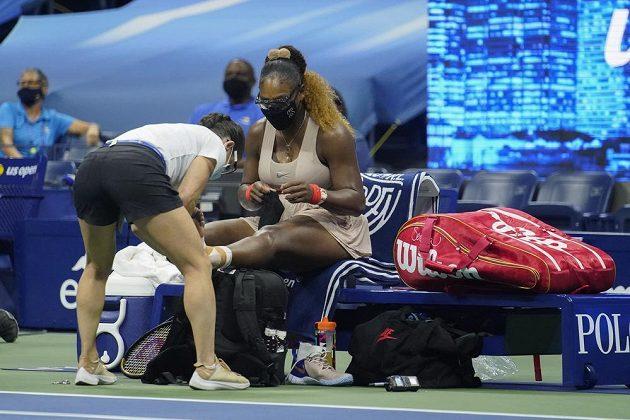 Serena Williamsová si nechává ošetřit poraněnou nohu