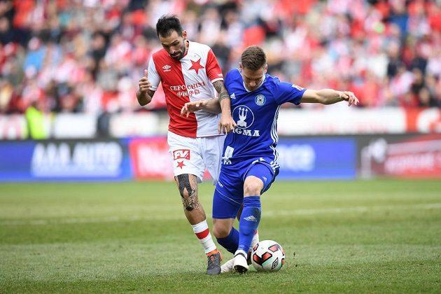 Slávista Danny v souboji o míč s olomouckým Lukášem Kalvachem.