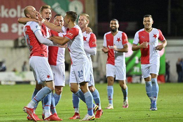 Hráči Slavie se radují ze čtvrtého gólu.