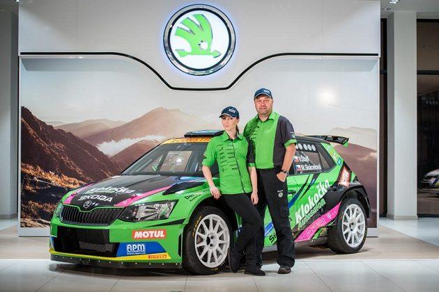 Vojtěch Štajf s Markétou Skácelovou před Škodou Fabií R5 týmu Racing21.