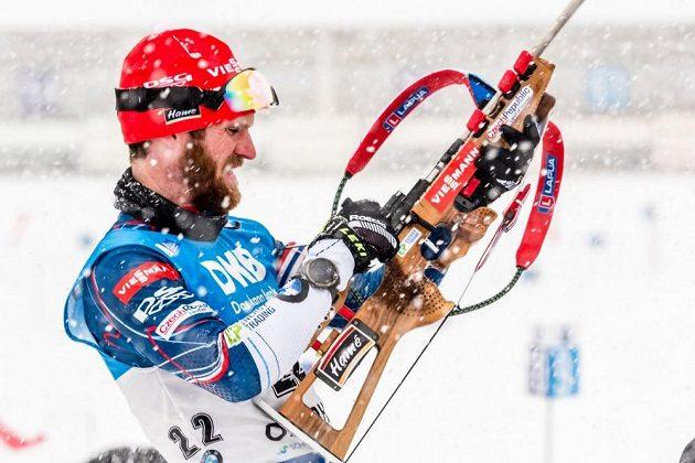 Michal Šlesingr se připravuje na střelbu při sprintu v Oberhofu.