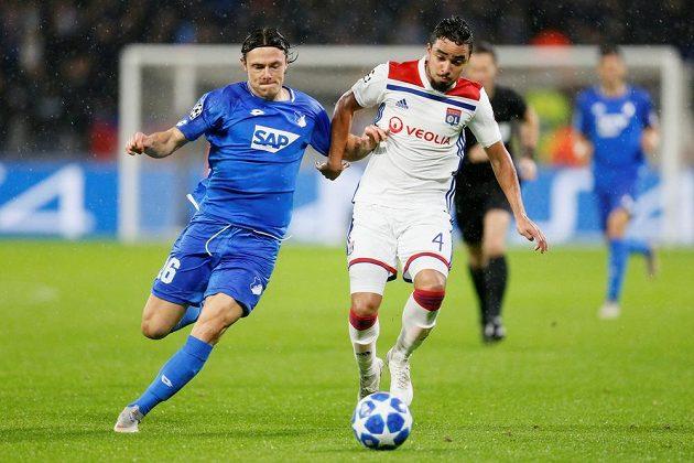 Fotbalista Lyonu Rafael v souboji o míč s Nico Schulzem v utkání Champions League.
