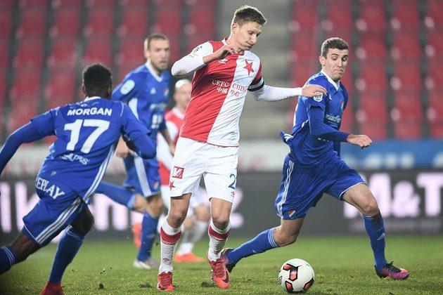 Slávista Milan Škoda v souboji s ostravskou obranou.