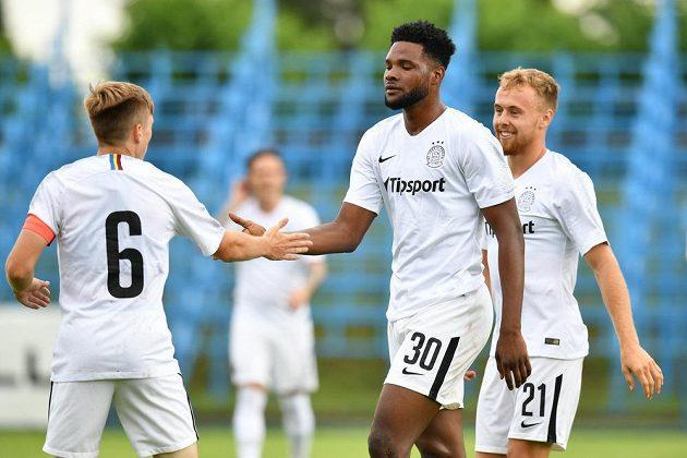 Sparťan Benjamin Tetteh (uprostřed) se raduje z gólu proti Benešovu.