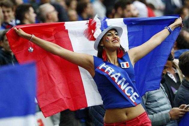 Fanynka Francie během čtvrtfinálového duelu s Islandem.