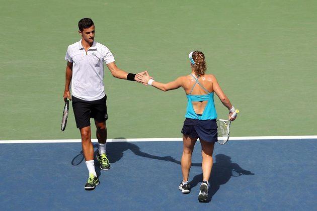 Němka Laura Siegemundová a Chorvat Mate Pavič ve finále mixu na US Open proti Coco Vandewegheové a Rajeevu Ramovi.