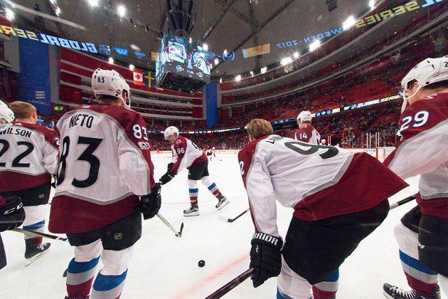 Hokejisté Colorada v čele s kapitánem Gabrielem Landeskogem (druhý zprava) před sobotním zápasem s Ottawou.