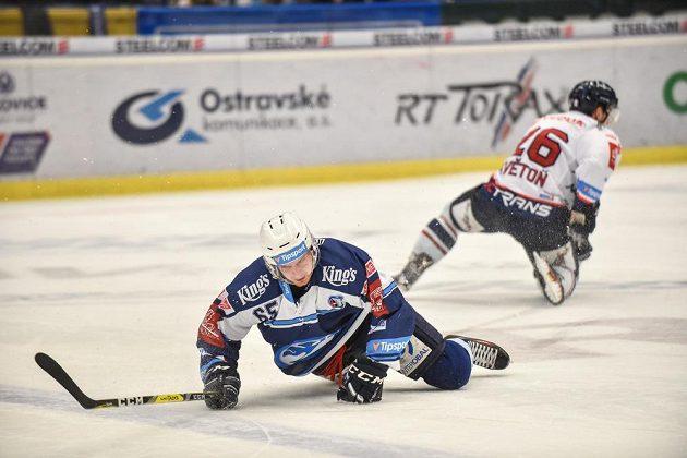Miroslav Preisinger z Plzně a David Květoň z Vítkovic ukazují, že týmy daly do závěrečné bitvy předkola play off hokejové extraligy opravdu všechno.