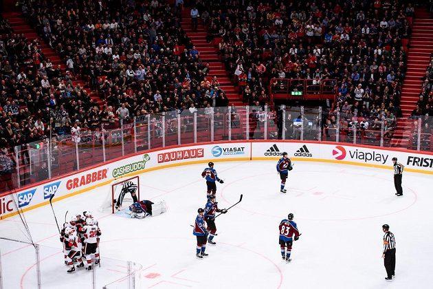 Hokejisté Ottawy se radují z gólu do sítě Colorada.