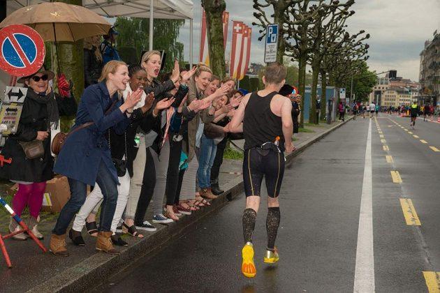 Ženevský maratón - běžci i přihlížející ze sebe dostávali všechno.
