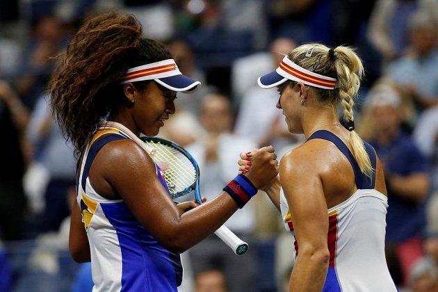 Angelique Kerberová (vpravo) gratuluje k vítězství Naomi Ósakaové.