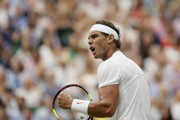 Rafael Nadal ze Španělska po jednom z vydařených úderů v semfinále Wimbledonu s Novakem Djokovičem ze Srbska.