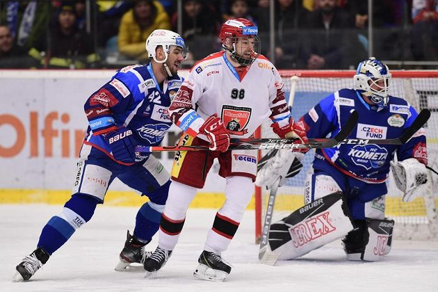 Filip Pyrochta z Brna, Radovan Pavlík z Hradce Králové a brankář Komety Marek Čiliak v akci během utkání hokejové extraligy.