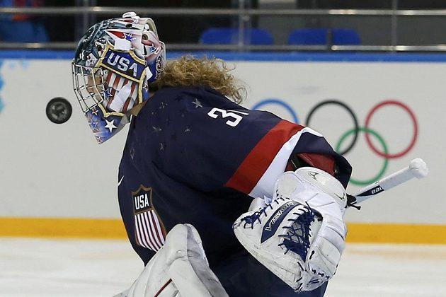 Nezvyklý zákrok brankářky amerických hokejistek Jessie Vetterové v duelu proti Finkám.