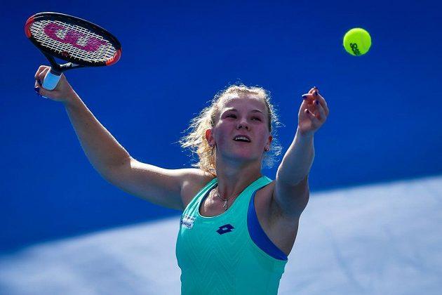 Kateřina Siniaková na turnaji v Šen-čenu při utkání s Číňankou Wang Ja-fan.