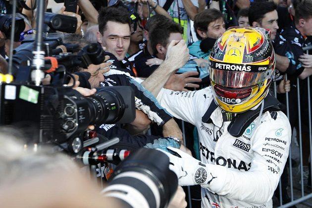 Lewis Hamilton slaví důležité vítězství.