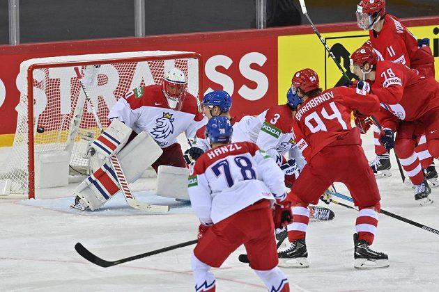 Brankář české reprezentace Šimon Hrubec pouští gól po střele Alexandra Barabanova z Ruska (třetí zprava).