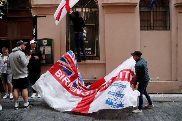 Popíjející fanoušci z Anglie v centru Prahy před kvalifikačním duelem o mostup na ME.