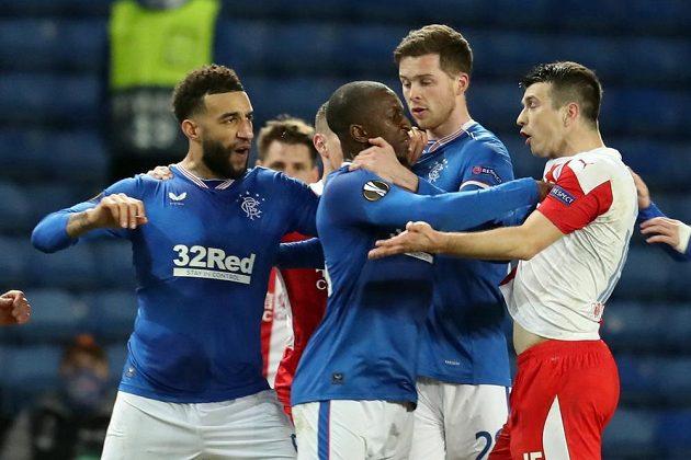 Vývojem zápasu frustrovaní Rangers ztráceli nervy. Takhle se Connor Goldson a další domácí hráči pustili do Ondřeje Kúdely.