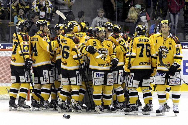 Hokejisté Litvínova se radují z vítězství nad Plzní.