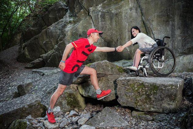 Kujan sám prodělal těžkou dopravní nehodu. Po zotavení se snaží pomoci těm, kteří takové štěstí neměli.