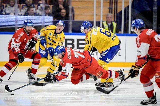 Tomáš Zohorna padá po souboji se Švédem Fredrikem Handemarkem.