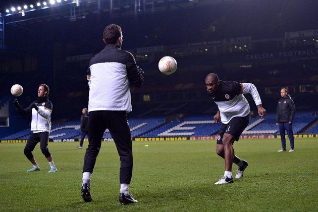 Fotbalisté Sparty Praha David Lafata (zády) a Léonard Kweuke během předzápasového tréninku před odvetou utkání Evropské ligy s Chelsea.
