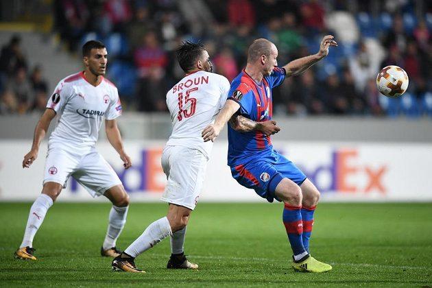 Plzeňský útočník Michael Krmenčík se snaží prosadit proti dvěma bránícím hráčům izraelského soupeře v utkání Evropské ligy.
