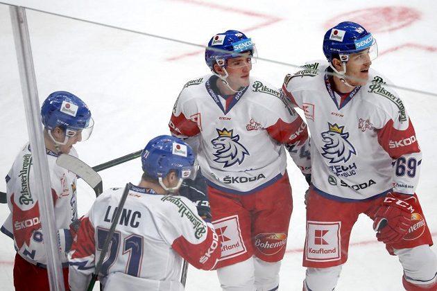 Český hokejový reprezentant Lukáš Sedlák slaví se spoluhráči gól v síti Ruska.