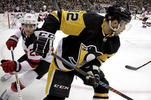 Útočník Pittsburghu Penguins Dominik Simon (12) v akci během utkání NHL.