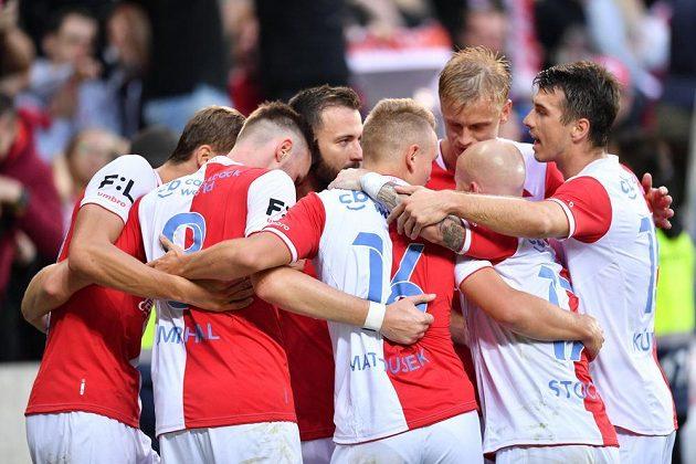 Fotbalisté Slavie slaví Zmrhalův gól.