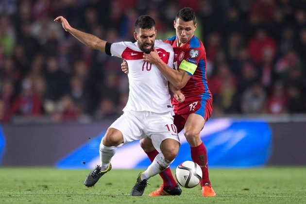Marek Suchý v souboji o míč s Ardou Turanem z Turecka.