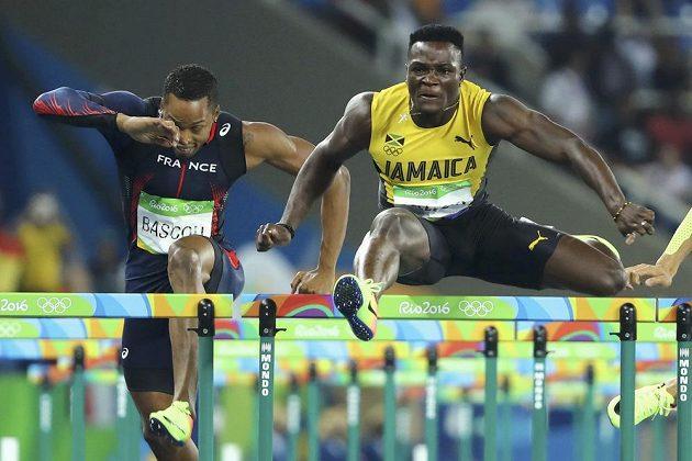 Jamajčan Omar McLeod zdolává překážky.