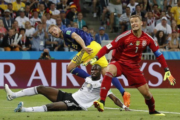 Švédský útočník Ola Toivonen střílí vedoucí gól, obránce Antonio Rüdiger ani brankář Manuel Neuer už jeho lob zastavit nestihli.