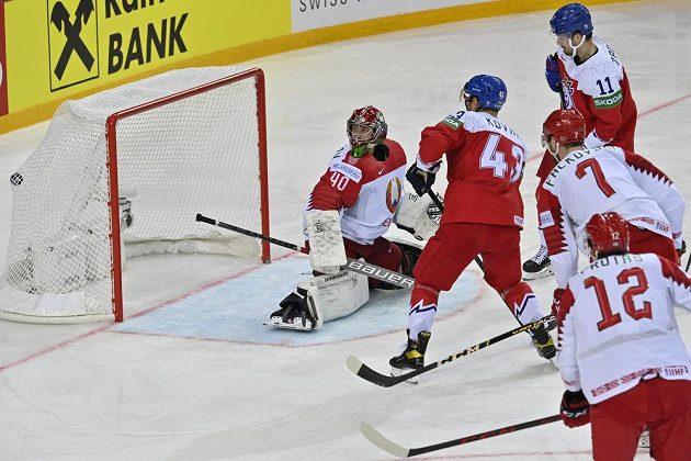 Jan Kovář (druhý zleva) překonává Alexeje Kolosova v brance Běloruska.