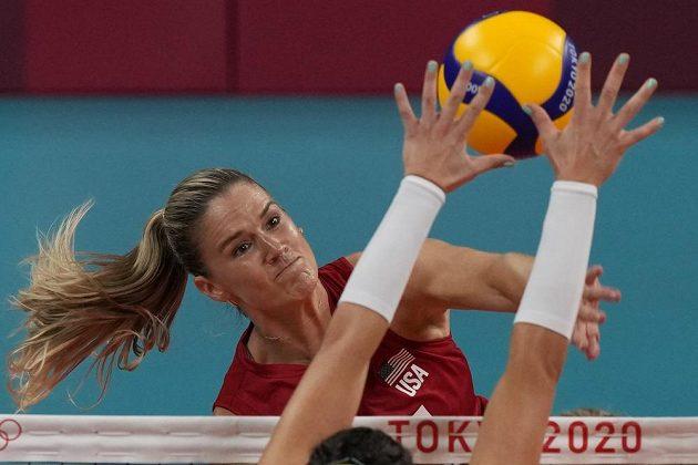 Hvězda amerického výběru Andrea Drewsová útočí v olympijském finále proti Brazílii.