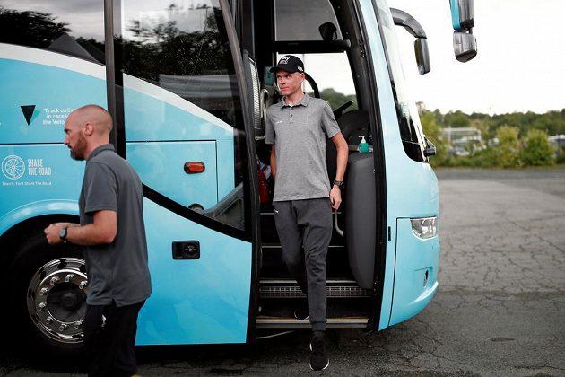 Britský cyklista Chris Froome vystupuje z autobusu těsně před tiskovou konferencí ke 105. ročníku Tour de France.