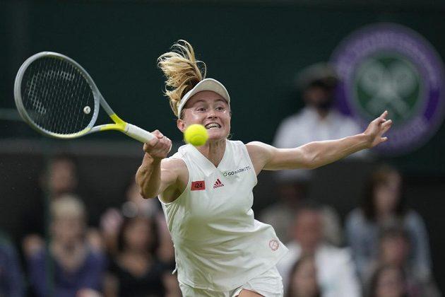 Aliaksandra Sasnovičová z Běloruska při utkání s Američankou Serenou Williamsovou.