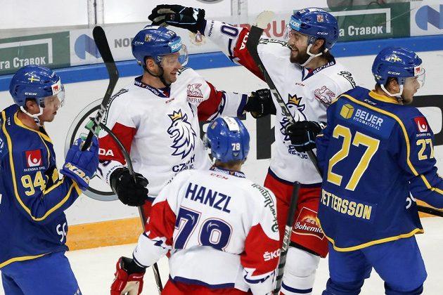 Jako první gratuloval Tomáši Zohornovi ke gólu proti Švédsku jeho bratr Hynek (vpravo).